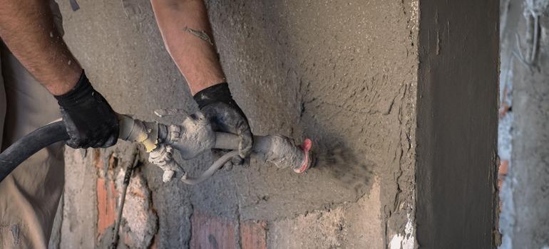 Spack spuiten van een muur